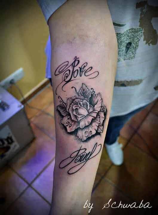 Arm Tattoo Rose mit Schrift