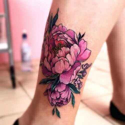 Bein Tattoo rosa Blumenmotiv