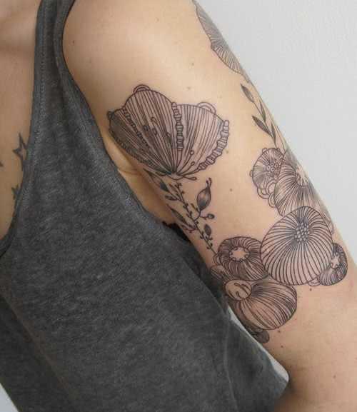 Blumen Oberarm Tattoo