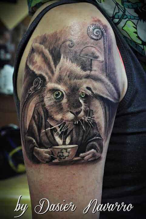 Comic Tattoo Hase im Anzug