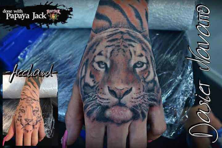 Hand Tattoo Tiger in Farbe