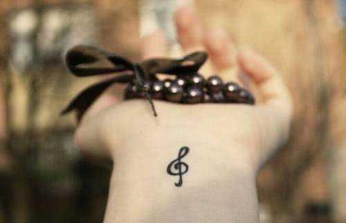 Handgelenk-Tattoo Notenschlüssel