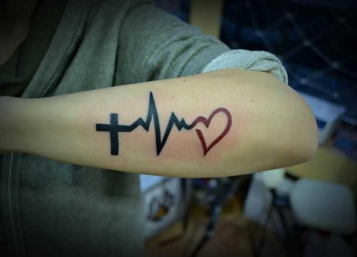 Tattoo Herzfrequenz mit Kreuz und Herz