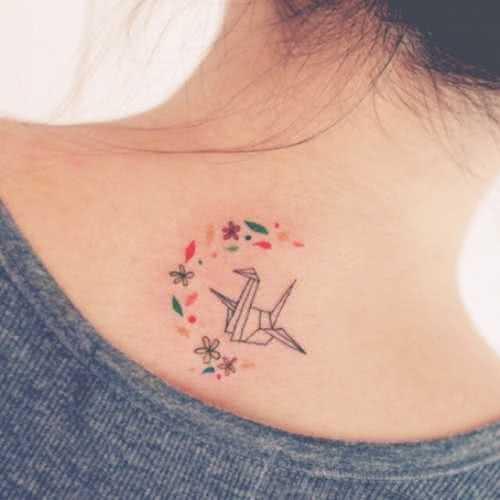 Tattoo Nacken Tattoo Origami mit Blumen