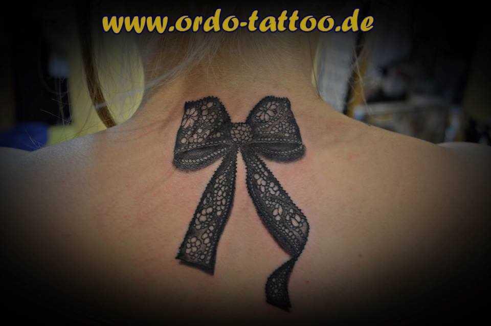 Nacken Tattoo Schleife mit Stickereimuster