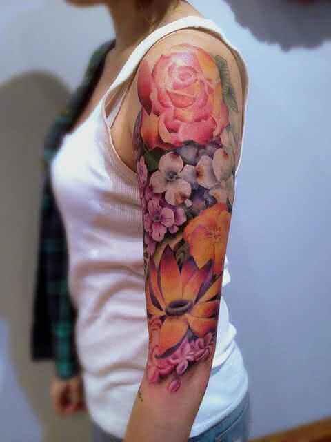Obearm-Tattoo bunte Blumen