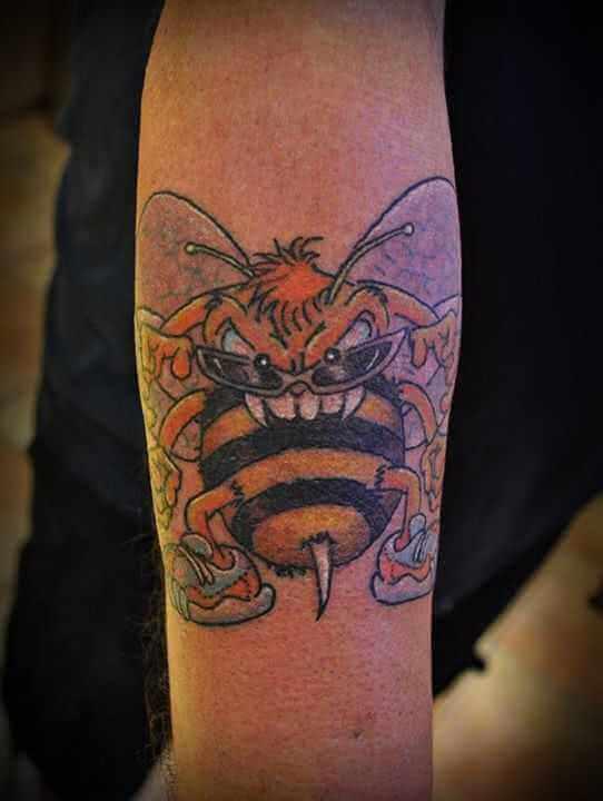 Oberarm Tattoo böse Biene