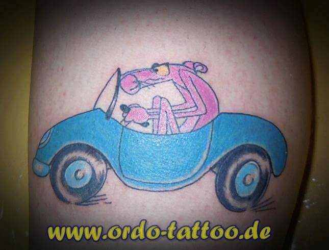 Pink Panter im blauen Auto