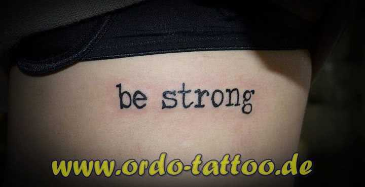 Schriftzug be strong unter der Brust