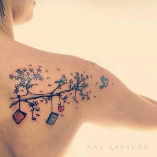 Schulter-Tattoo Ast mit Arbeitsmaterialien