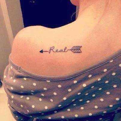 Schulter Tattoo Feil mit Schrift