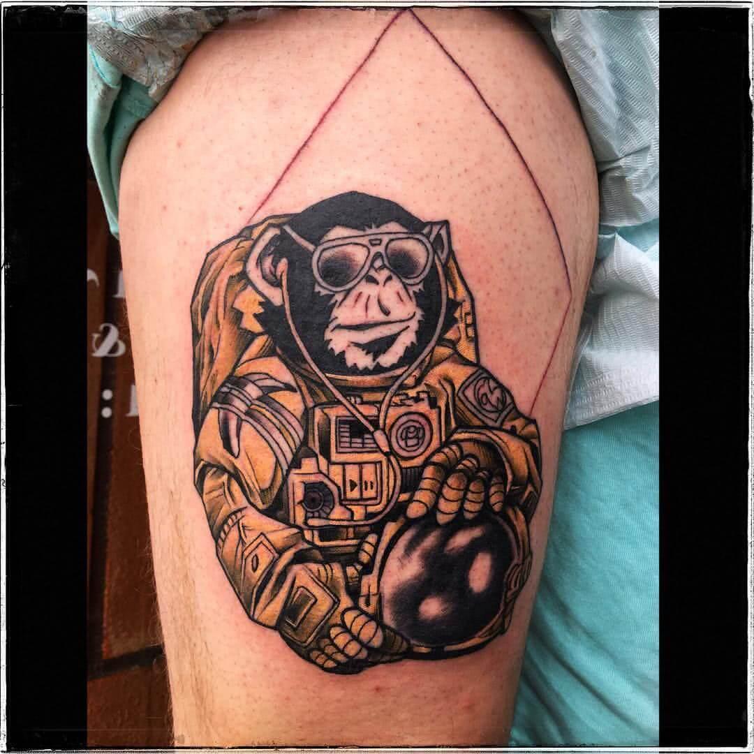 Affe im Astronauten Ausrüstung