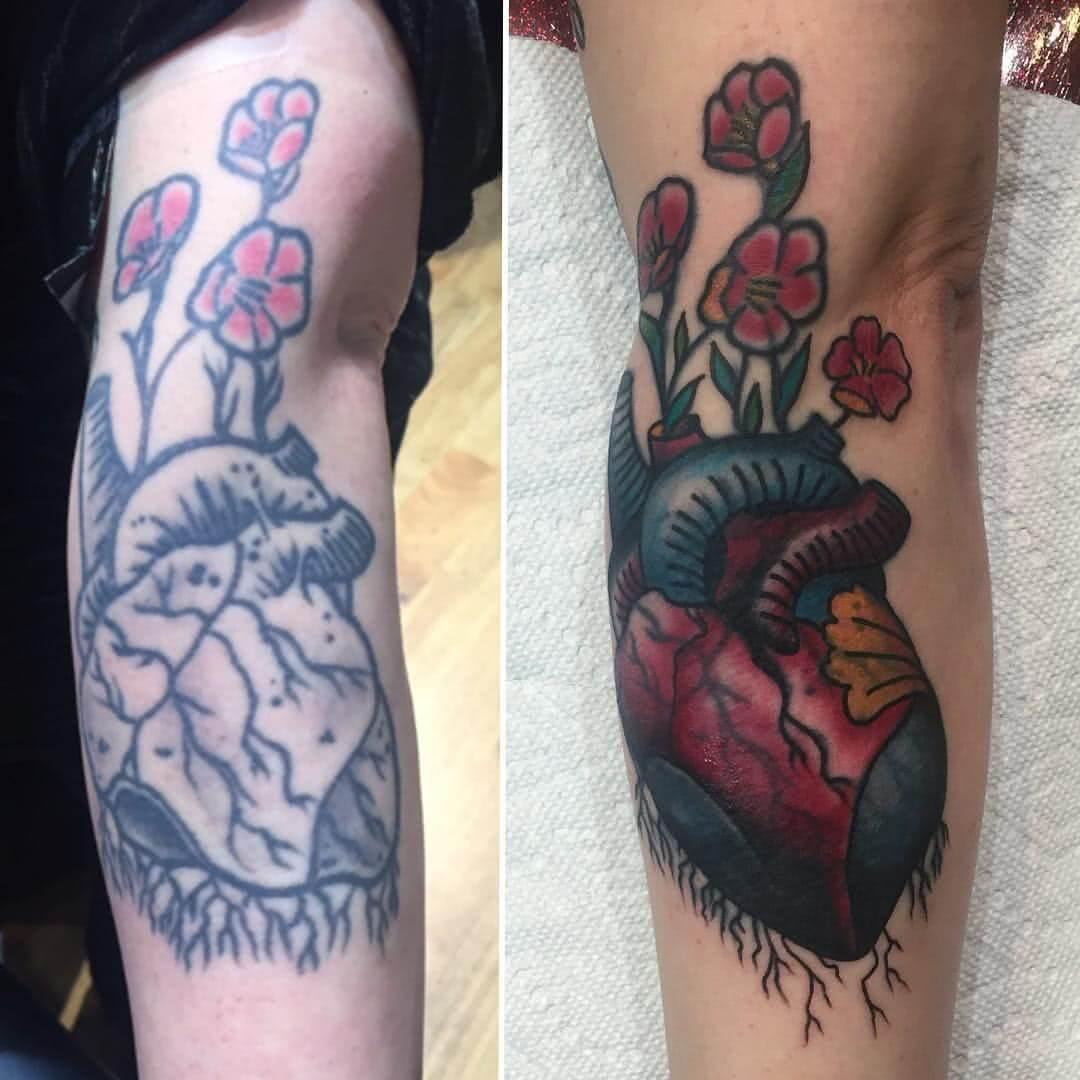 Anatomsiches Herz mit floralen Elementen