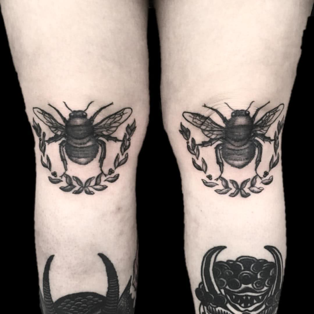 Bienen auf dem Knie