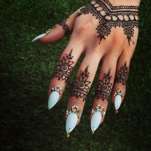Tattoo Blumen Henna Hand und Finger
