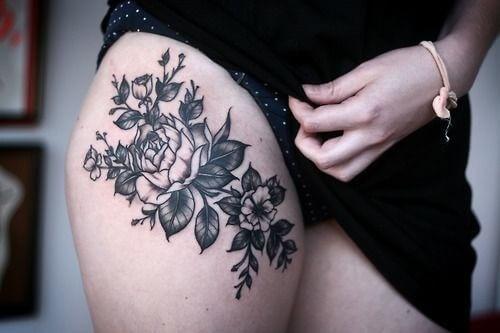 Tattoo Blumentattoo auf dem Oberschenkel