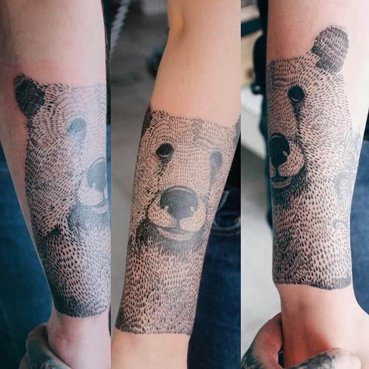 Braunbär aif dem Unterarm
