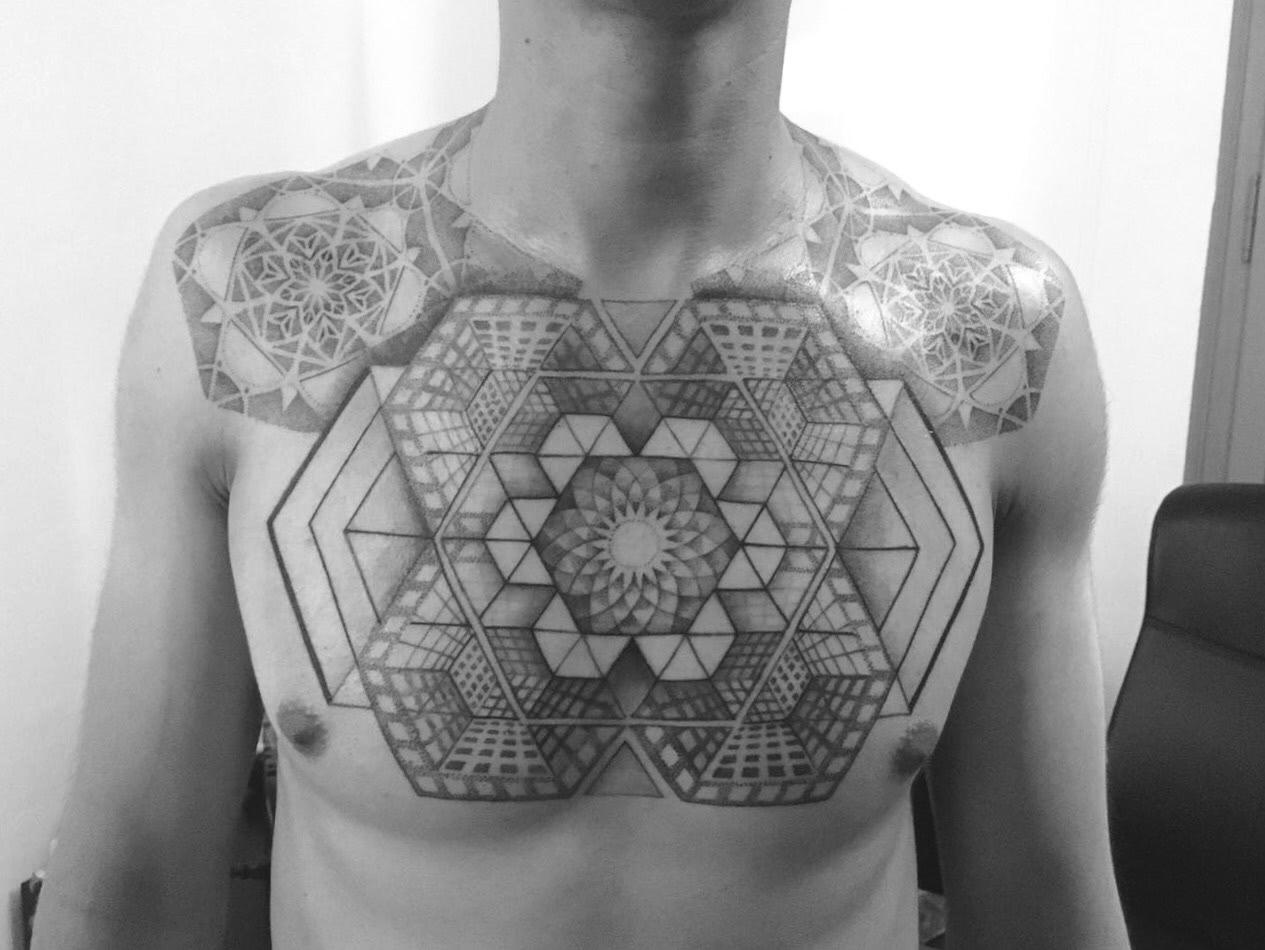Brusttattoo Geometrische Formen