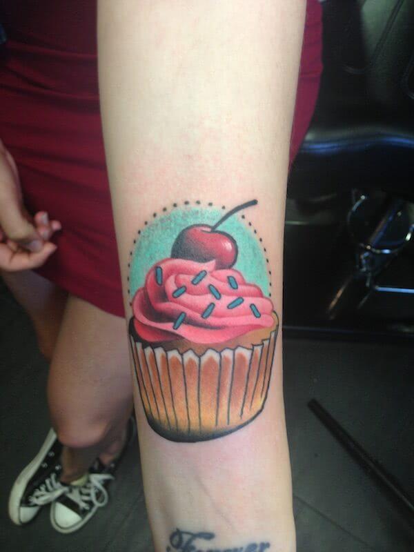 Cupcake Tattoo mit Kirsche