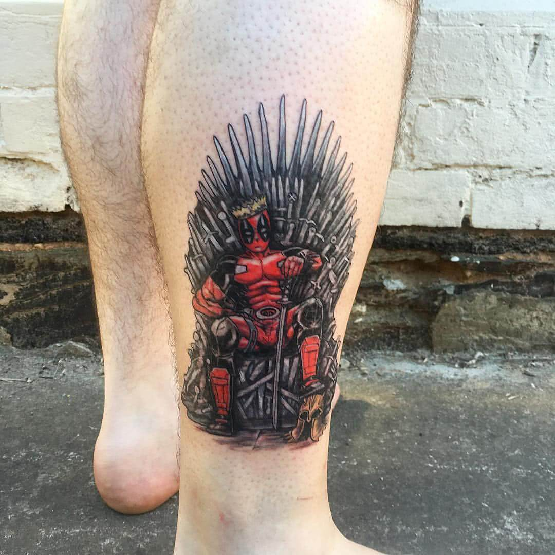 Deadpool auf Game of Thrones Thron