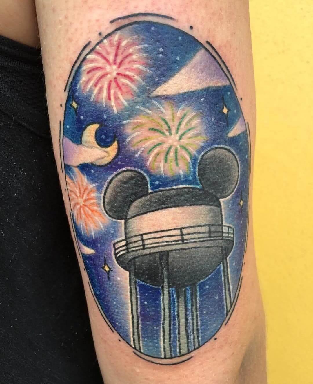 Disney Wasserturm auf dem Oberarm