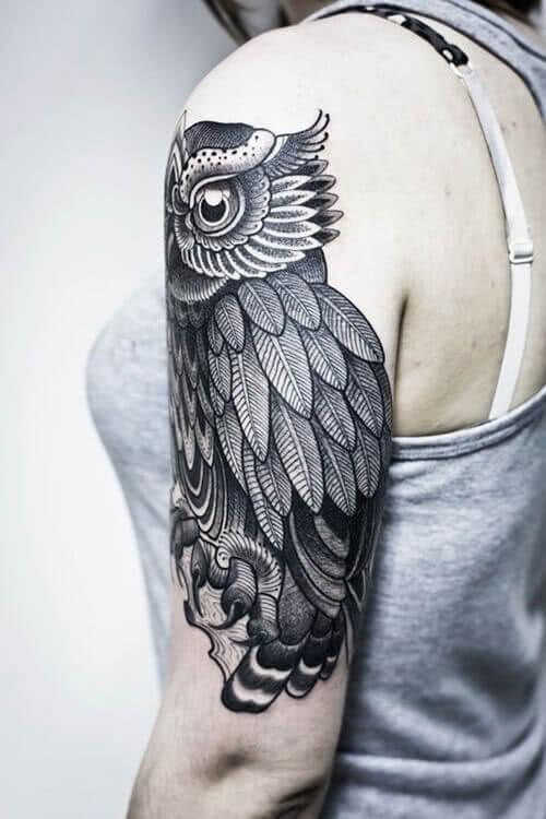 Eulentattoo auf dem Arm
