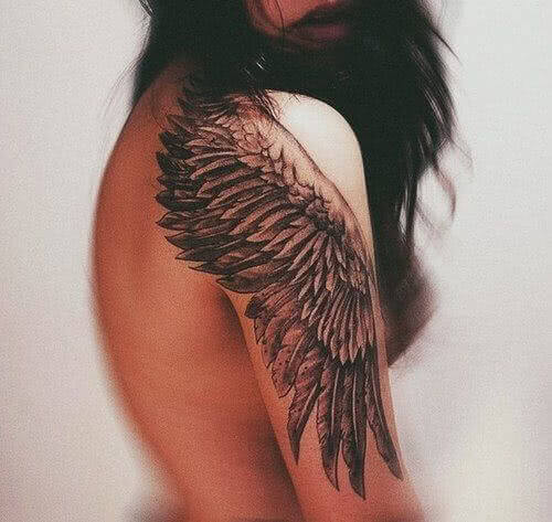 Flügel auf Arm und Schulter