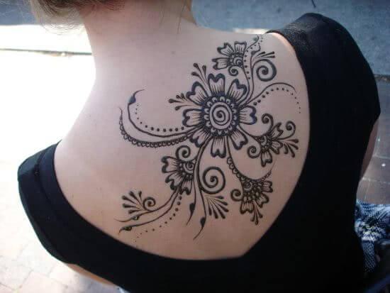 Florales Henna Rücken