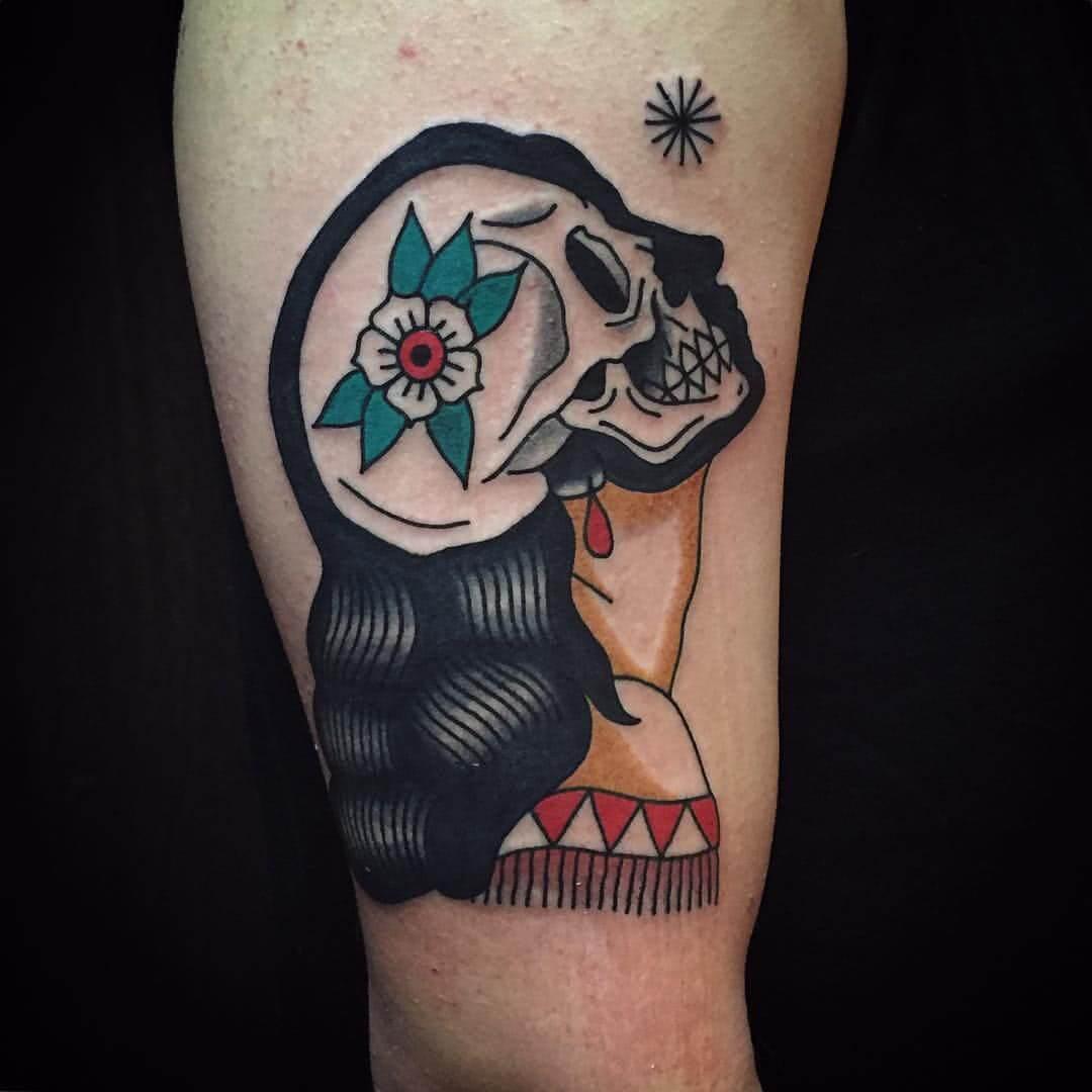 Frau mit Totenschädel als Kopf