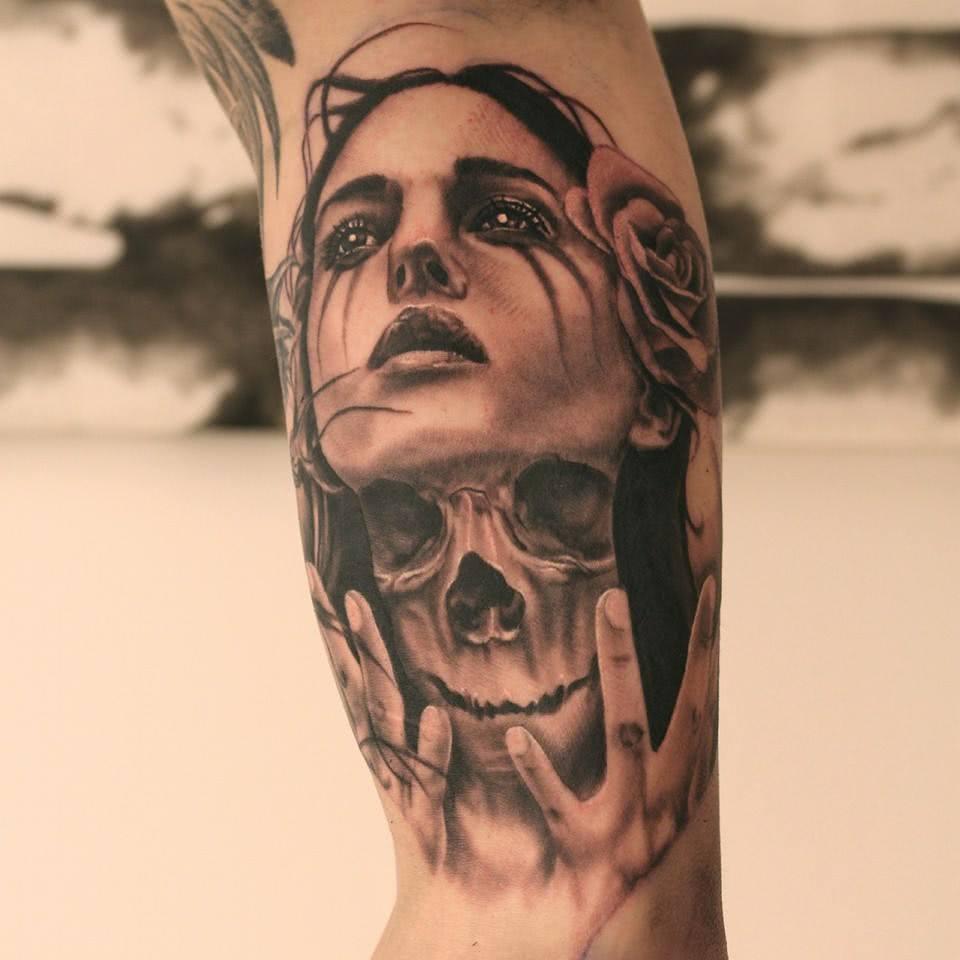Frau mit Totenschädel auf dem Hals
