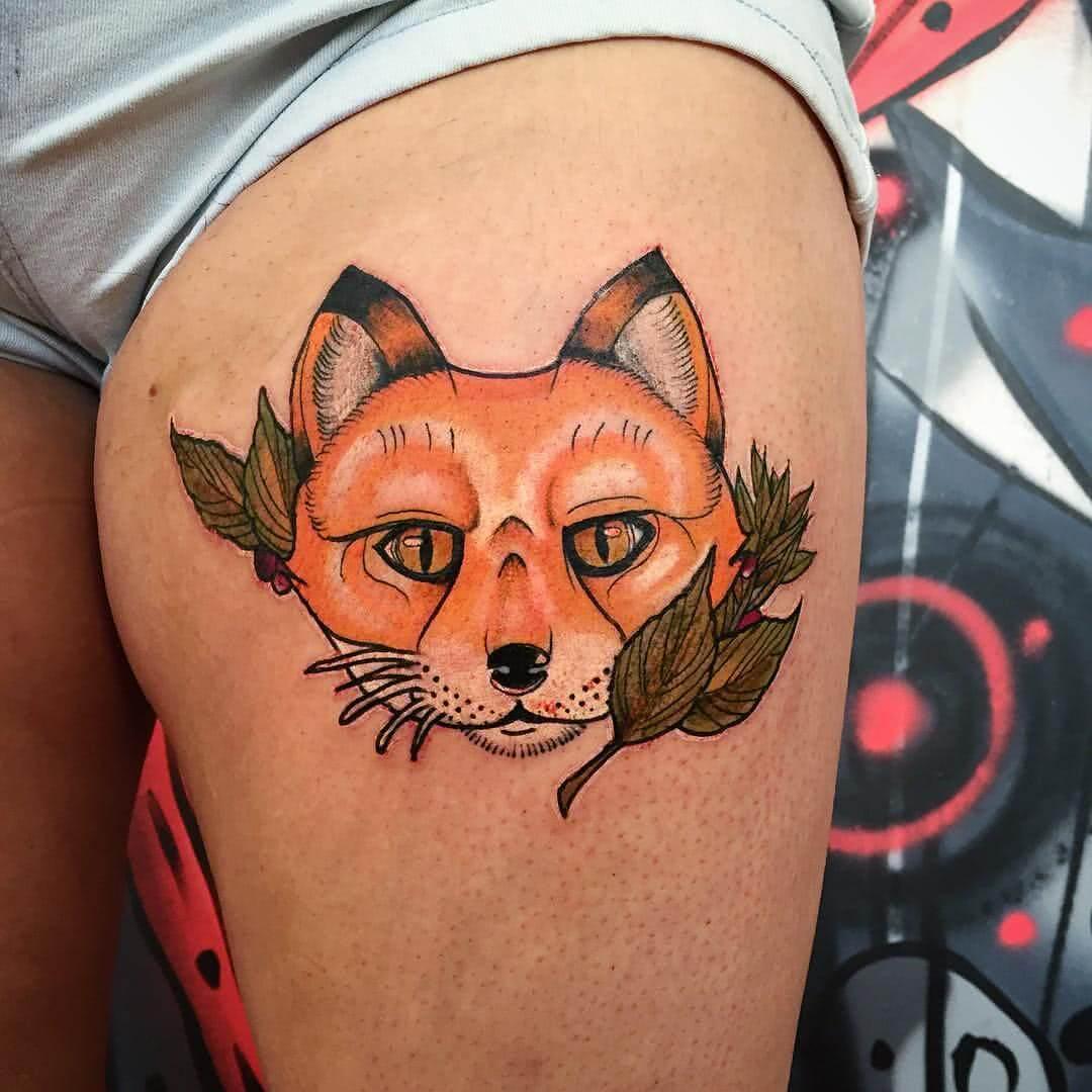 Fuchs mit Blättern