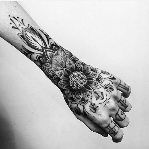 Geometrisches Mandala auf der Hand