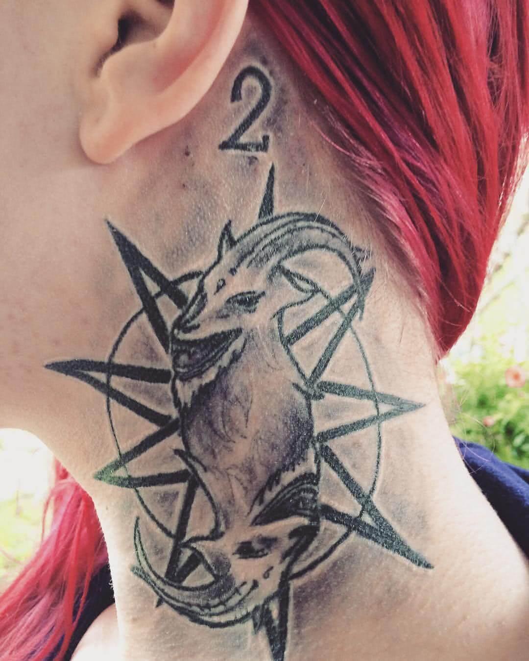 gespiegeltes Tattoo einer Ziege