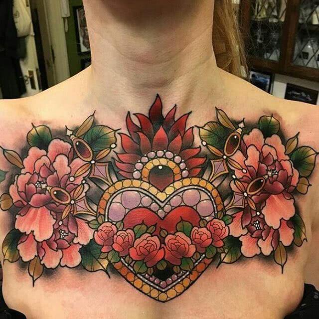 großes blumiges Chestpiece Tattoo