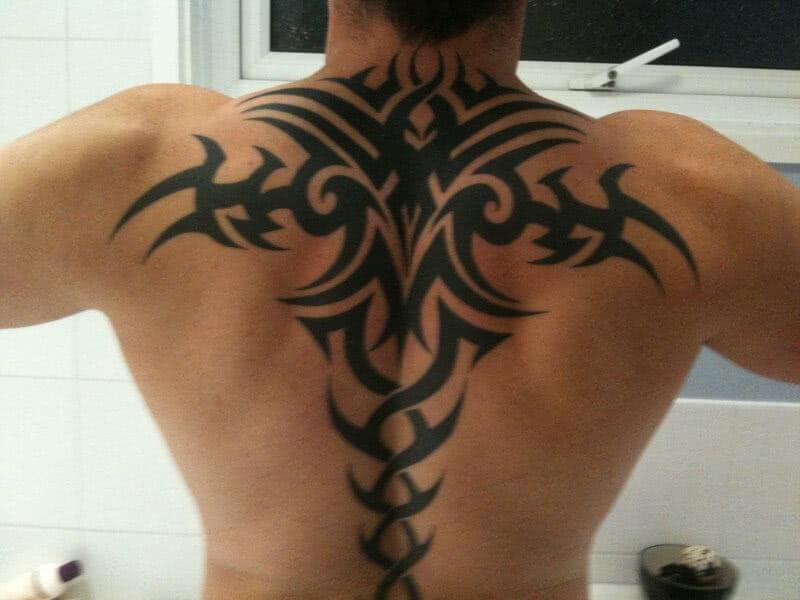 Grosses Tribal auf dem Rücken