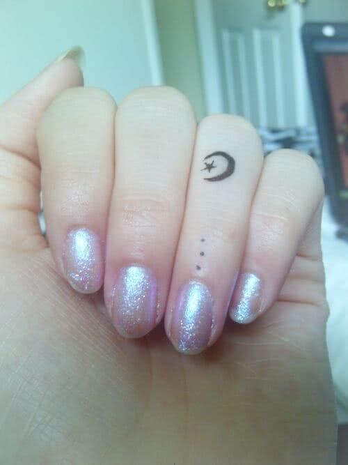 Halb-Mond uns Stern auf dem Finger