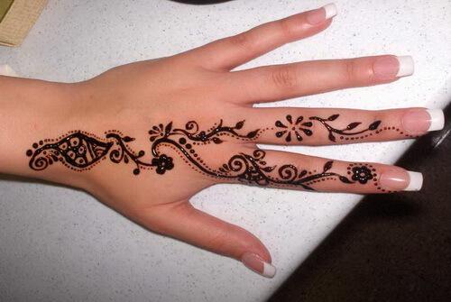 Henna auf Finger und Hand
