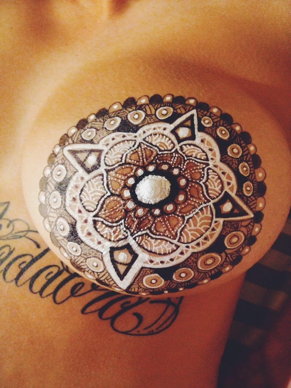Henna Brusttattoo