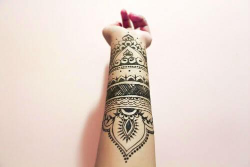 Henna Tattoo auf dem Unterarm