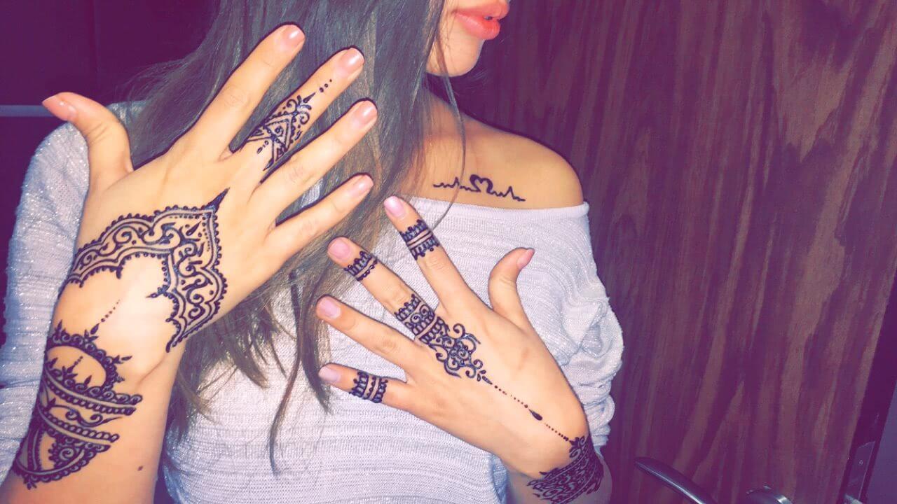Henna Verzierungen auf den Händen und Fingern