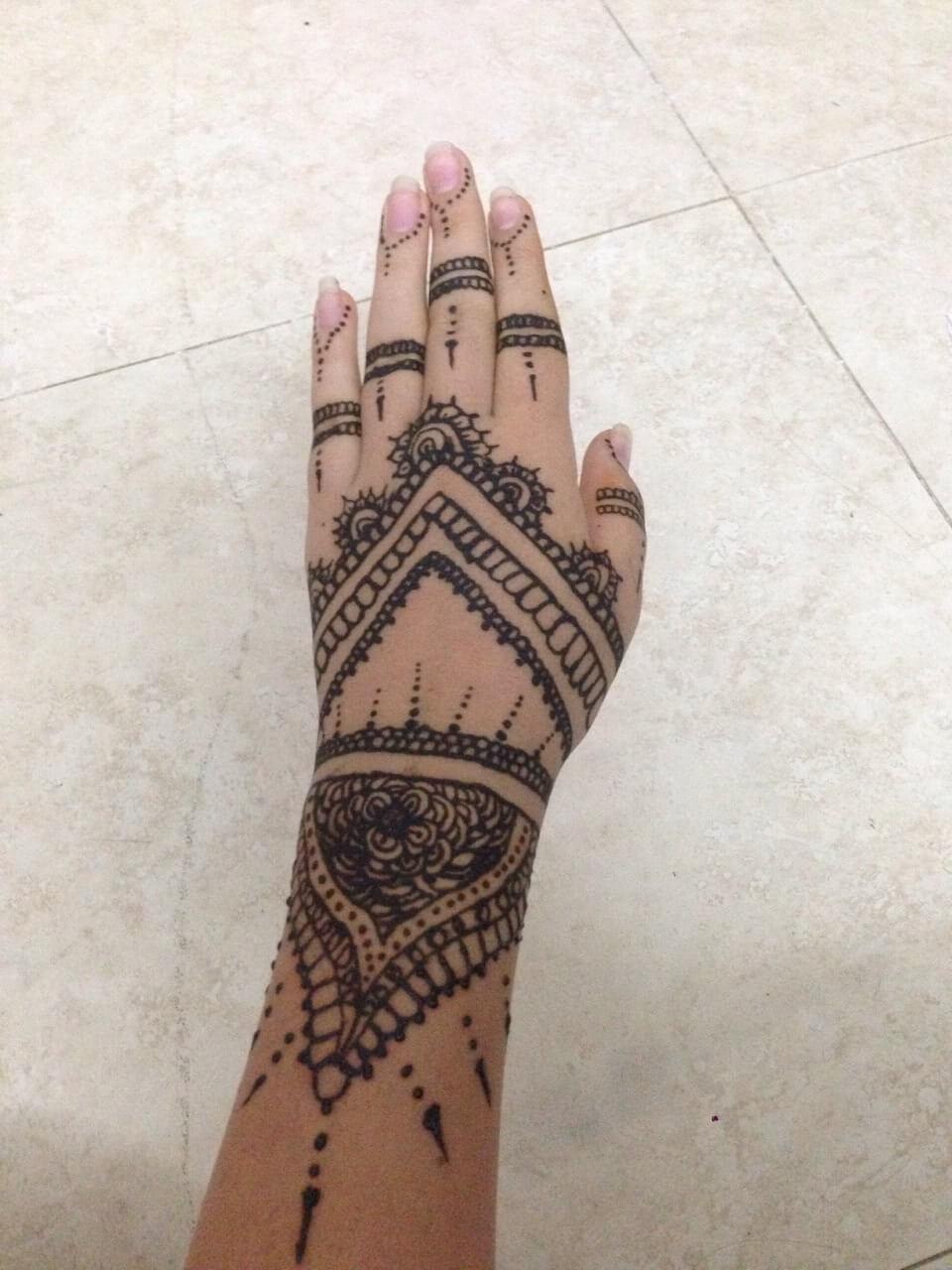 Hennaverzierungen auf der Hand