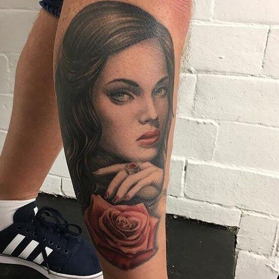 hübsche Frau mit Rose