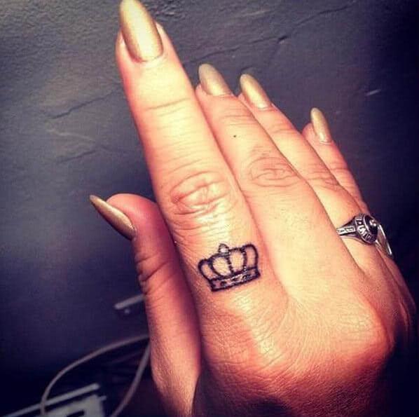 Kleine Krone auf dem Finger