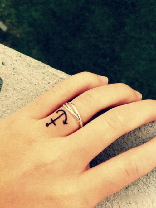 Kleiner Anker auf dem Finger