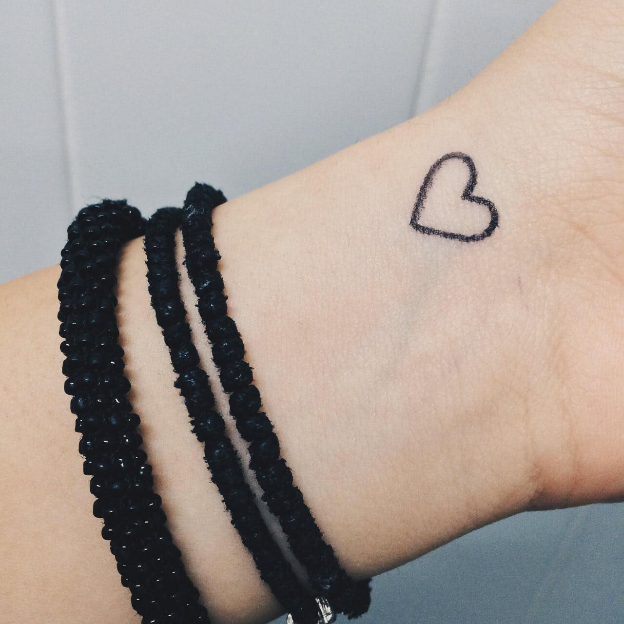 Kleines Herz auf dem Handgelenk