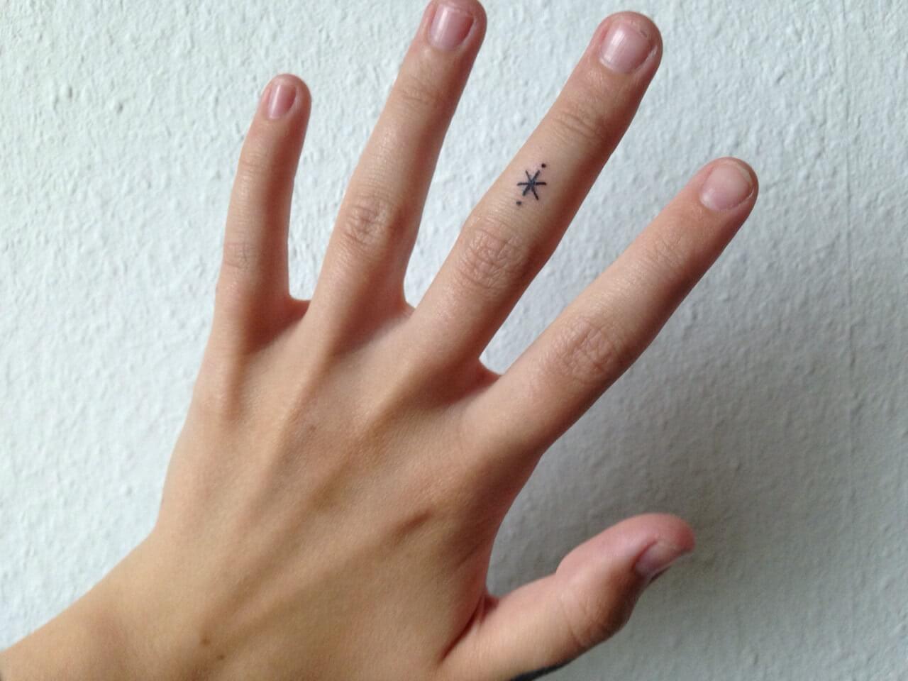 Tattoo Kleines symbol auf dem Finger