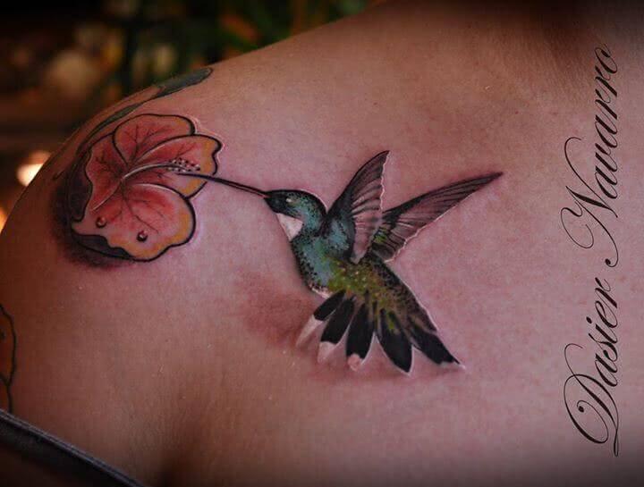 Kolibri mit Hibiskus Blume
