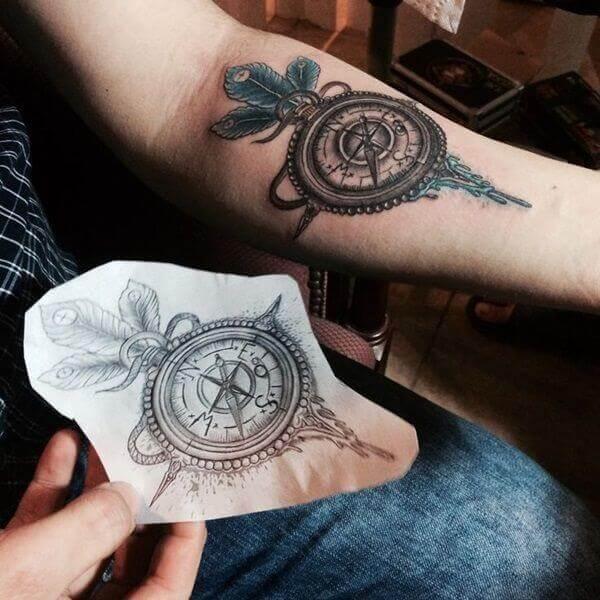 Tattoo Kompass mit Federn