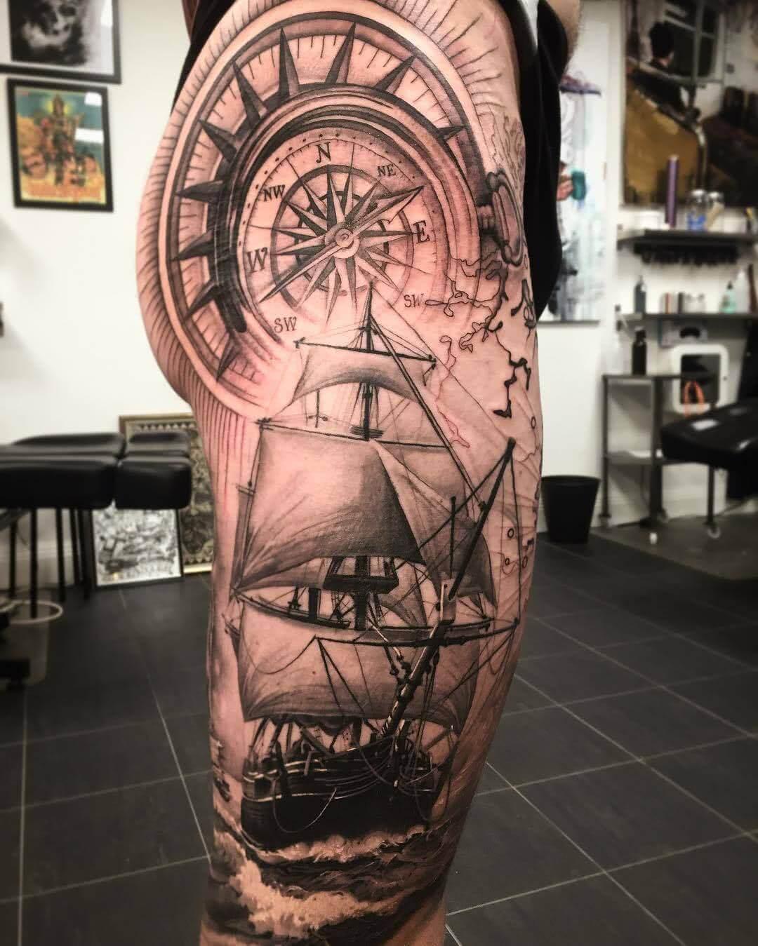 Tattoo Kompass und Segelschiff auf dem Bein