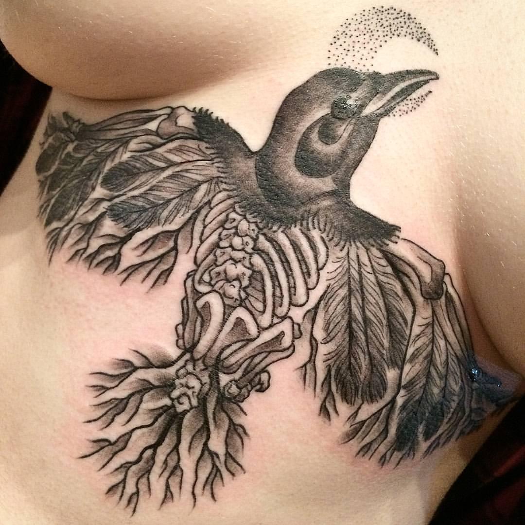 Krähe als Tattoo Motiv für Frauen
